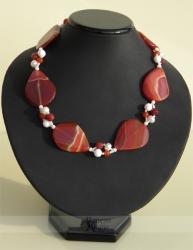 Karneolio, perlų ir baltųjų koralų vėrinys ROJAUS PAUKŠČIAI