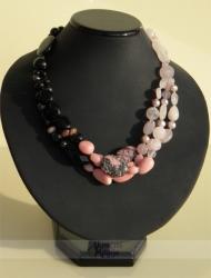 Rožinio kvarco, onikso, rodonito ir perlų vėrinys AFRODITĖ