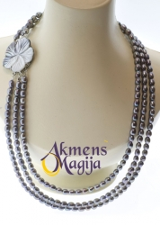 Trijų eilių juodų perlų vėrinys su kriauklės gėle MARTINA